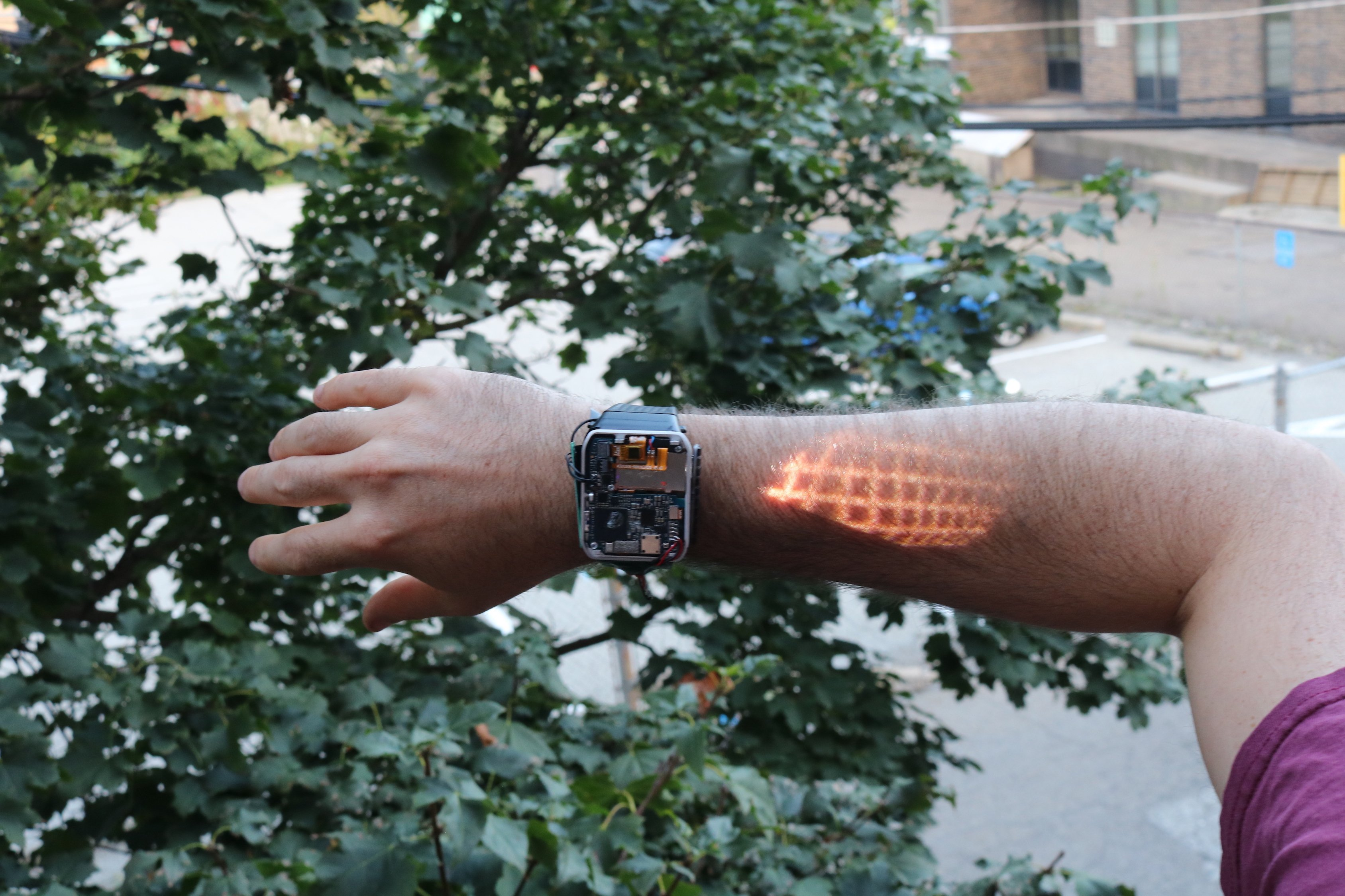 De Lumi Watch projecteert een touchscreen op je arm